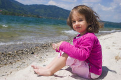De overzeese kust van het meisje en Stock Foto