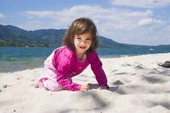 De overzeese kust van het meisje en Royalty-vrije Stock Afbeeldingen