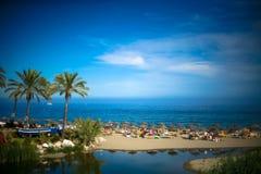 De overzeese mening van het de zomerstrand en over de Middellandse Zee in Marbella stock fotografie