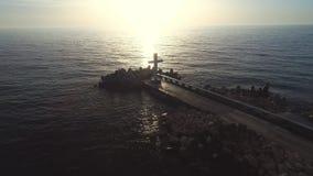 De overzeese zonsopgang op het strand en het heilige Christelijke kruis van de overzeese horizon, geloof is vrijheid stock videobeelden