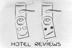 De overzichten van de hotelgast: waarderend en niet onder de indruk zijnd gezicht Stock Foto's