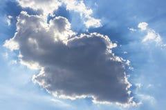 De overzichten van wolken in het licht van de zon royalty-vrije stock afbeelding