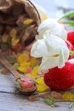 De Pâques toujours la vie avec des oeufs de sucrerie et des tulipes blanches Photos libres de droits