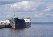 De péniche les docks de lac dedans Images stock