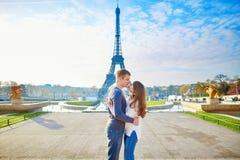 De paarholding overhandigt dichtbij de toren van Eiffel stock foto