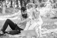De paarjeugd besteedt vrije tijd in openlucht werkend met laptop Hoe te om freelance en gezinsleven in evenwicht te brengen Paar  royalty-vrije stock afbeeldingen