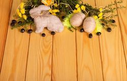 De paaseieren strengelden met koord, konijntje, dragees, bloemen, gras ineen stock fotografie