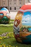 De paaseieren worden geplaatst op het vierkant voor Cathedra van Zagreb Stock Foto