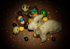 De paashaas, paaseieren, chocolade is gebroken, diverse dragees royalty-vrije stock afbeeldingen