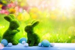 De Paashaas van de kunstfamilie en paaseieren; Gelukkige Pasen-Dag Stock Fotografie