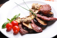 De paddestoelen & het vlees van het gebraden gerecht Stock Fotografie
