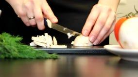De paddestoelen van de de handenbesnoeiing van vrouwen voor het koken stock videobeelden
