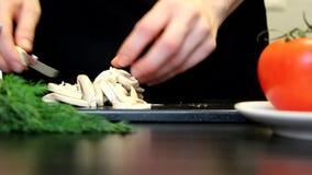 De paddestoelen van de de handenbesnoeiing van vrouwen voor het koken stock footage