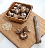 De paddestoelen van Shiitake, rijst, de macaroni van de boktarwe Stock Foto's