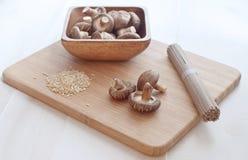 De paddestoelen van Shiitake, rijst, de macaroni van de boktarwe Royalty-vrije Stock Foto's