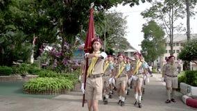 De Padvinders van Thailand dragen vlaggen in parade Langzame Motie stock footage