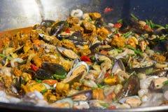 De paellazeevruchten zijn gekookt in een grote capaciteit royalty-vrije stock foto's
