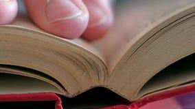 De pagina's van het boek worden weggeknipt stock video