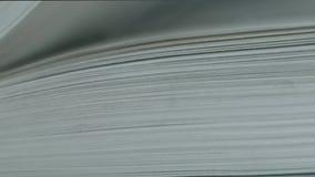 De pagina's van het boek worden weggeknipt stock videobeelden