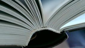 De pagina's van het boek worden weggeknipt stock footage