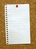 De pagina van een blocnote plakte een noticeboard. stock fotografie