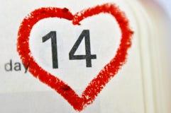 De pagina van het kalendernotitieboekje met een rood hand geschreven harthoogtepunt o Stock Afbeelding