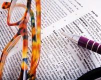 De pagina van het woordenboek met woord Pasen en bruine glazen Royalty-vrije Stock Fotografie