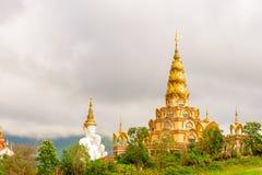 De pagode in de Tempel van Wat Phra That Pha Son Kaew Stock Afbeelding