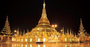 De pagode van Shwedagon van het panorama bij nacht, Yangon, Myanmar Royalty-vrije Stock Fotografie