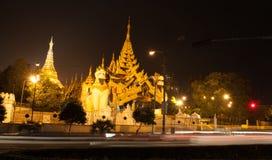 De pagode van Shwedagonpaya in de avond wordt verlicht die royalty-vrije stock afbeeldingen