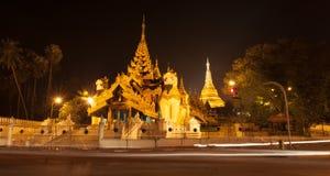 De pagode van Shwedagonpaya in de avond wordt verlicht die royalty-vrije stock foto