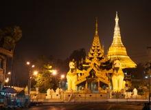 De pagode van Shwedagonpaya in de avond wordt verlicht die stock afbeeldingen