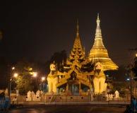 De pagode van Shwedagonpaya in de avond wordt verlicht die stock foto