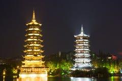 De Pagoden van de zon en van de Maan, Guilin, China stock afbeelding