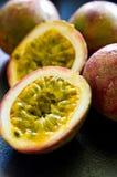 De paixão do fruto vida ainda na mesa de cozinha preta Imagem de Stock