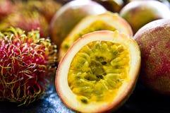 De paixão do fruto vida ainda na mesa de cozinha preta Imagem de Stock Royalty Free