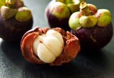 De paixão do fruto vida ainda na mesa de cozinha preta Foto de Stock