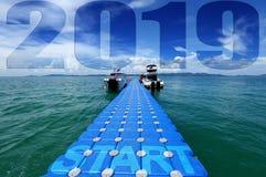 De pakgroep Blauwe Kubussen drijft het gelukkige nieuwe jaar van 2019 royalty-vrije stock fotografie