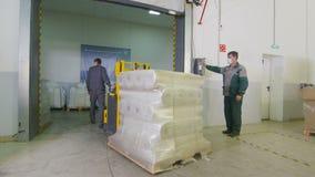 De pakhuispoort opent arbeider brengt in kar met het sluitenpoort van de broodjeswerknemer stock footage