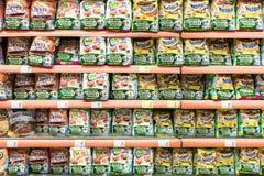 De Pakken van ochtendgraangewassen op Supermarkttribune Stock Afbeelding