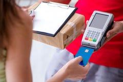 De pakketlevering die met pos en creditcard worden betaald royalty-vrije stock foto