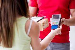 De pakketlevering die met pos en creditcard worden betaald stock fotografie