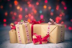 De pakketten stelt Kerstmisachtergrond voor kleurden lichtengift stock fotografie