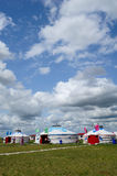 De pakketten van Mongolië onder blauwe hemel en witte wolken Royalty-vrije Stock Foto