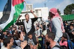De Palestijnen protesteren de aanvallen van Gaza Stock Afbeelding