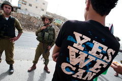 De Palestijnse Protesteerders confronteren Israëlische Militairen Stock Fotografie