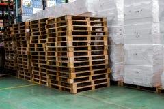 De pallets binnen pakhuis voor steunverpakking Stock Afbeeldingen