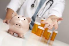 De Palm van de arts uit, de Flessen van de Geneeskunde en Spaarvarken Royalty-vrije Stock Afbeelding