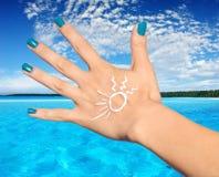 De palm van de vrouw met zonneschermlotion Stock Foto