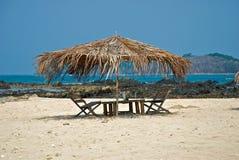 De palmeiland van de paraplu Stock Afbeelding